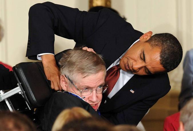 Stephen Hawking condecorado por Barack Obama coma medalha da liberdade (foto: Jewel SAMAD / AFP )