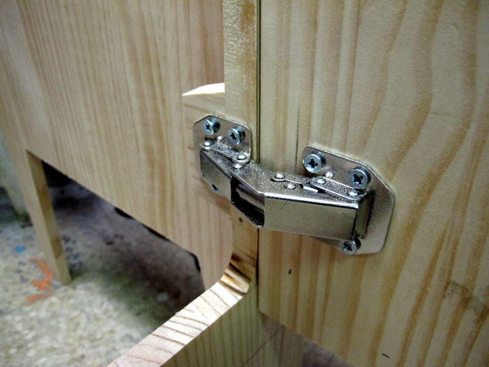 para conseguir un diseo sencillo e interesante pusimos las puertas al plano frontal del mueble y recortamos las piezas de madera de modo que