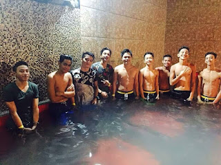 Kabataan sa swimming pool