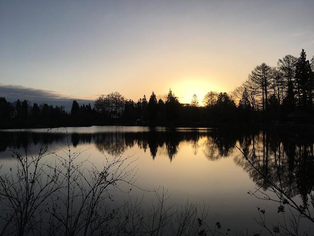 妙高高原いもり池での日の出の写真