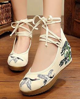 Model flat bertali untuk sepatu kaki besar wanita