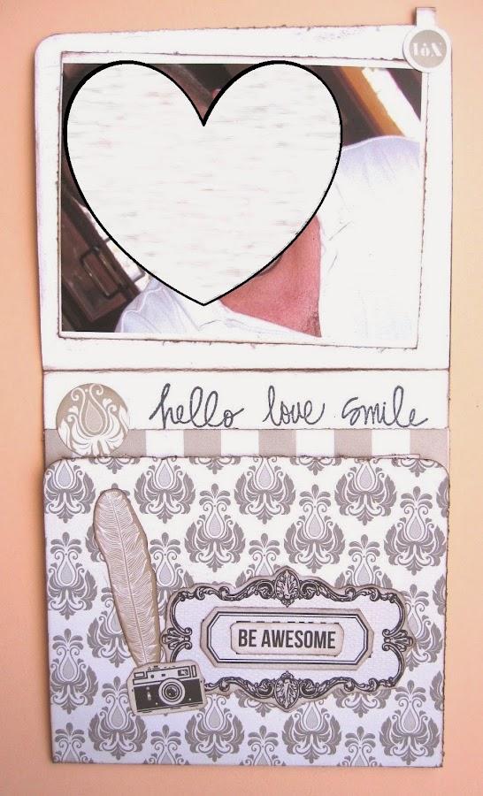foto 8 decoración interior LOVE mini-álbum tarjeta tríptico vertical abierta en parte con pluma y cámara de ephemera y frase ?be awsome? y parte de decoración interior con sello ?hello love smile? y foto