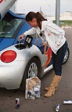 smiješna slika: žena bez mozga ulijeva Red Bull u svoj automobil