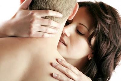mujer le hace chupeton en el cuello a un hombre