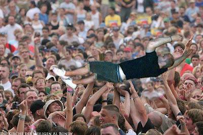 Komische Fotomontage Betrunkener in Menschenmenge