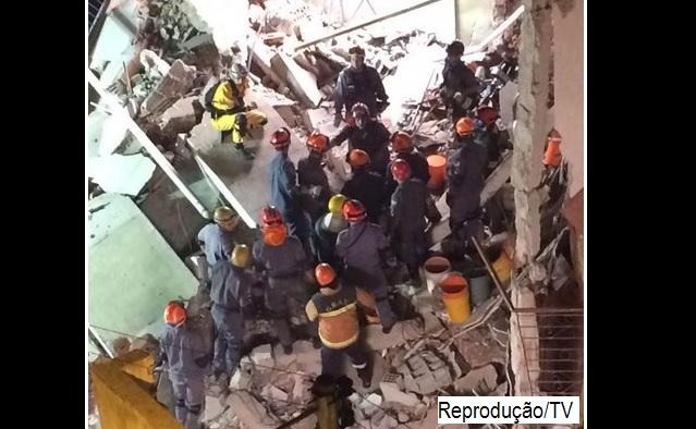 Bombeiros buscam vítima soterrada em desabamento de Assembleia de Deus em SP.