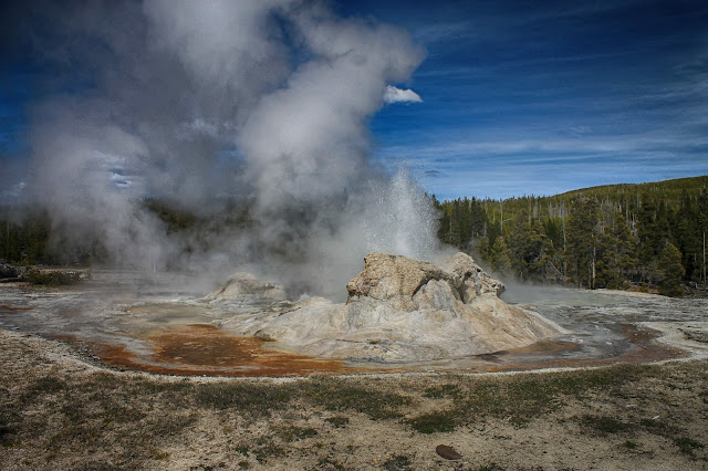 Yellowstone National Park Wyoming Idaho Montana geology travel field trip bison buffalo elk river old faithful geyser copyright RocDocTravel.com