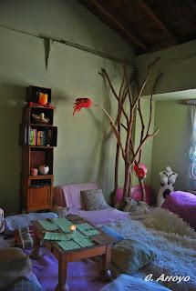 Interior de su casa en Alicante, romántico y natural