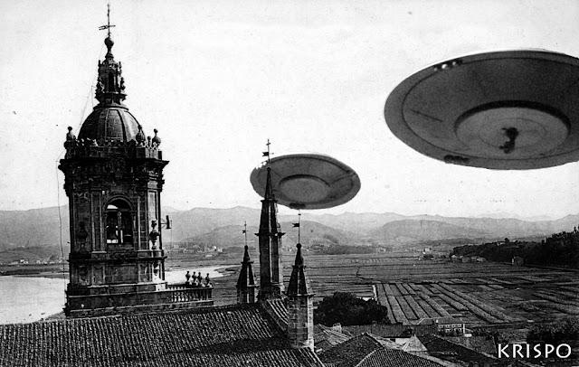 foto antigua de dos ovnis junto al campanario de la iglesia de hondarribia