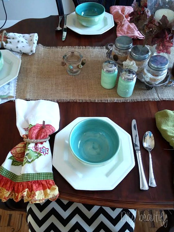 Eclectic table setting at www.diybeautify.com