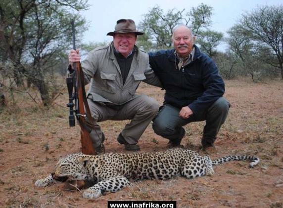 Foto de un pequeño leopardo muerto, presuntamente cazado por César Cadaval, de Los Morancos