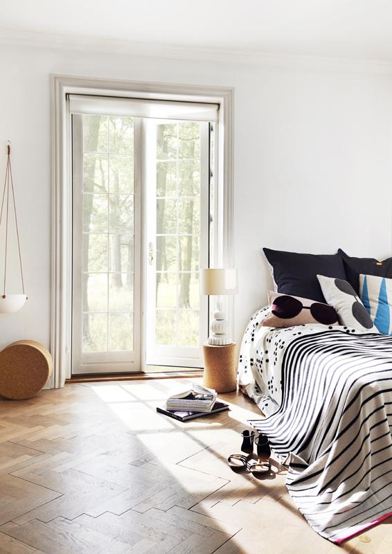 Schlafzimmer, eingerichtet mit Möbeln und bunten Textilien vom dänischen Label Oyo