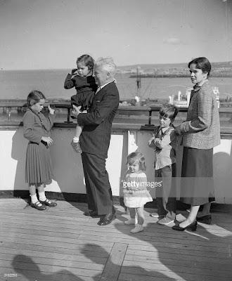 Чаплин и Уна с детьми на борту Queen Elizabeth, сентябрь 1952 г.