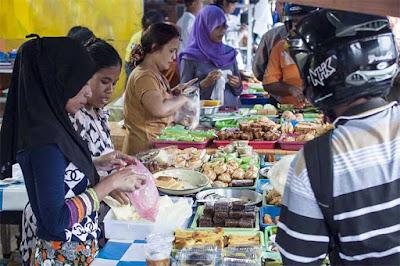 Ambon, Malukupost.com - Sejumlah pasar yang menjual kue untuk berbuka puasa, baik di kawasan Waihaong depan Masjid Raya Alfatah dan di beberapa lokasi di Kota Ambon ramai pengunjung. Berdasarkan pantauan di depan Masjid Raya Alfatah Ambon, Kamis (17/5) petang, terlihat banyak pengunjung antri di depan meja jualan untuk membeli kue kebutuhan berbuka puasa bersama di rumah.