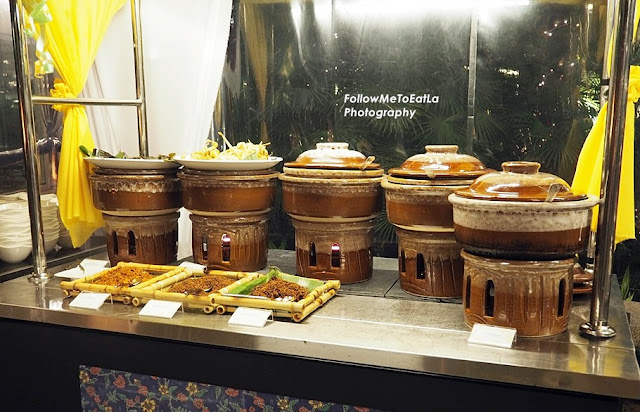 night market stall serving 'Lemang Pulut', 'Lemang Pulut Hitam', 'Ketupat Palas', 'Serunding Ayam, Daging and Ikan'.