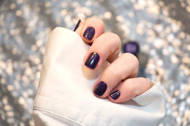 fioletowy lakier z  błyszczącymi drobinkami