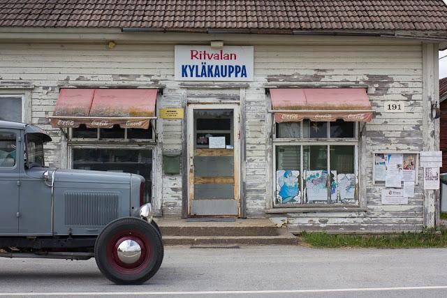 Vanha auto vanhan kyläkaupan edessä.