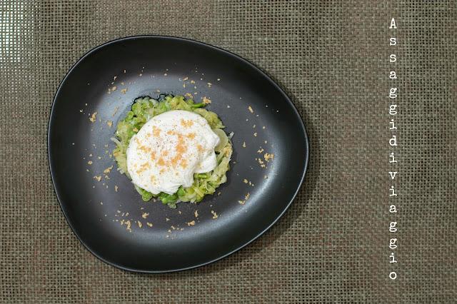 Uova pochè su letto di cipollotti e fave con briciole croccanti