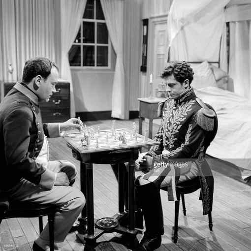Raymond Pellegrin (Napoléon) joue aux échecs contre Roger Crouzet (le général Baron Gourgaud) dans une scène du film pour la télévision 'Le drame de Sainte Hélène', diffusé dans la série 'La caméra explore le temps' - Photo © Chess & Strategy