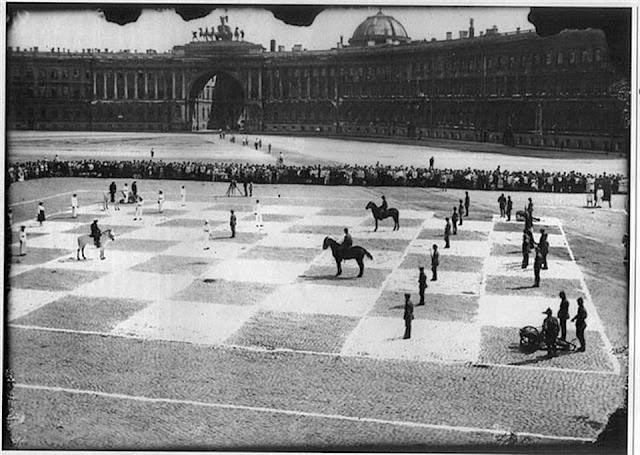 Xadrez humano na Praça do Palácio - St. Petersburg, Rússia 1924