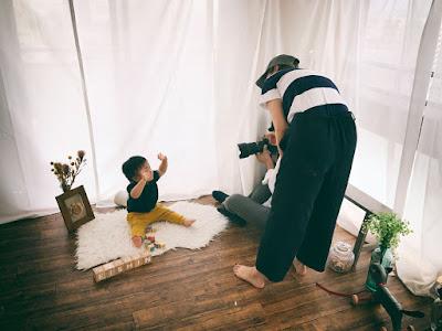 フォトスタジオで子供の写真撮影