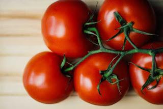 masker alami untuk jerawat dari tomat
