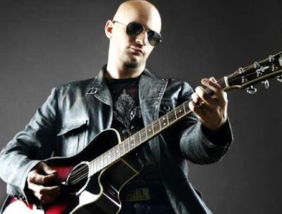 Foto de Hany Kauam posando con su guitarra