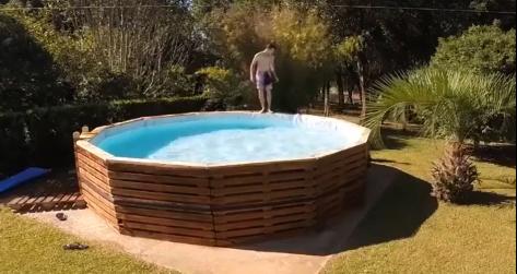 C mo hacer una piscina hecha con pallets de madera for Como hacer una alberca con tarimas