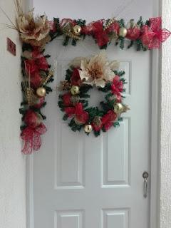 15 ideas espectaculares para decorar puertas en navidad for Guirnaldas para puertas navidenas