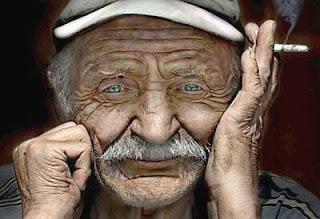 عجوز يلقن شاب درسا فى الاخلاق