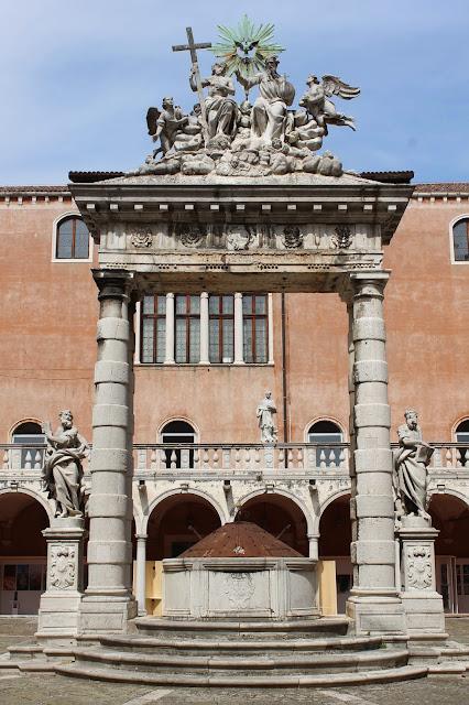 Vera da pozzo, Chiostro della Santissima Trinita, Santa Maria Gloriosa dei Frari, Venice
