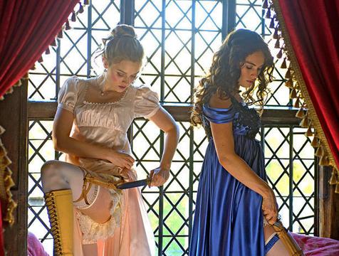 Jane (Bella Heathcote) y Elizabeth Bennet (Lily James) en Orgullo y prejuicio y zombis - Cine de Escritor