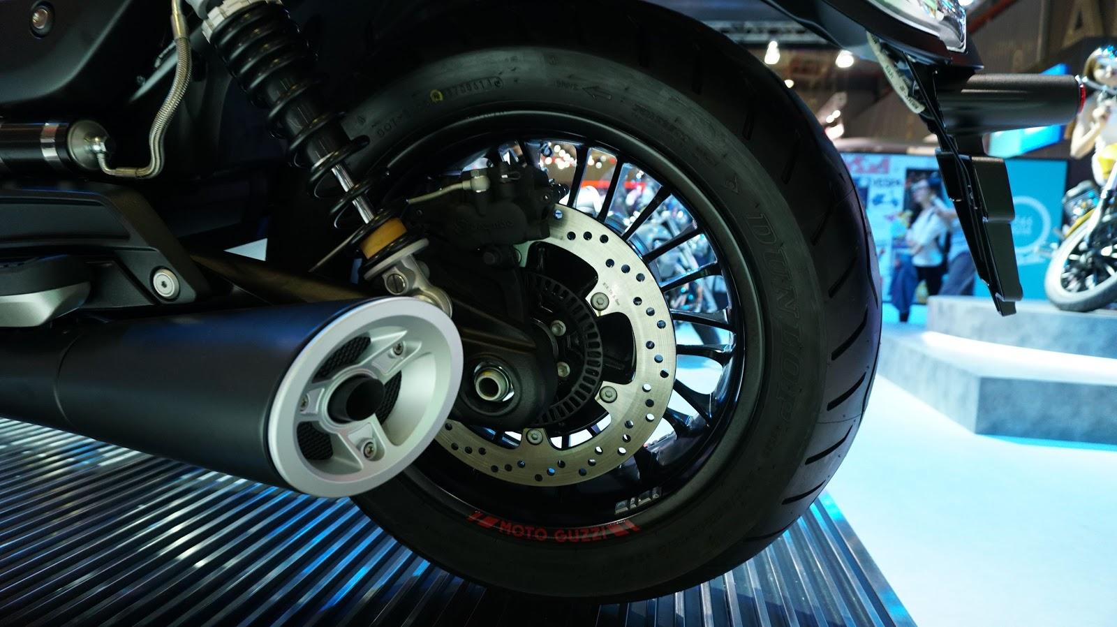 Bánh sau một phanh đĩa ABS, hai ống xả siêu nhẹ, tinh tế, kéo dài suốt thân xe, vành xe chắc chắn
