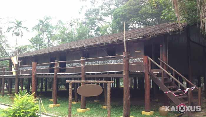 Gambar rumah adat Indonesia - Rumah adat Kalimantan Barat atau Rumah Panjang