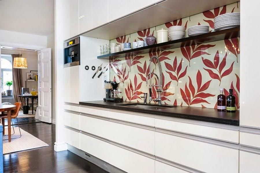 Apartament w Szwecji z kontrastową ścianą, wystrój wnętrz, wnętrza, urządzanie domu, dekoracje wnętrz, aranżacja wnętrz, inspiracje wnętrz,interior design , dom i wnętrze, aranżacja mieszkania, modne wnętrza, styl klasyczny, styl nowoczesny, ceglana ściana, ściana z cegły, kuchnia, nowoczesna kuchnia, biała kuchnia