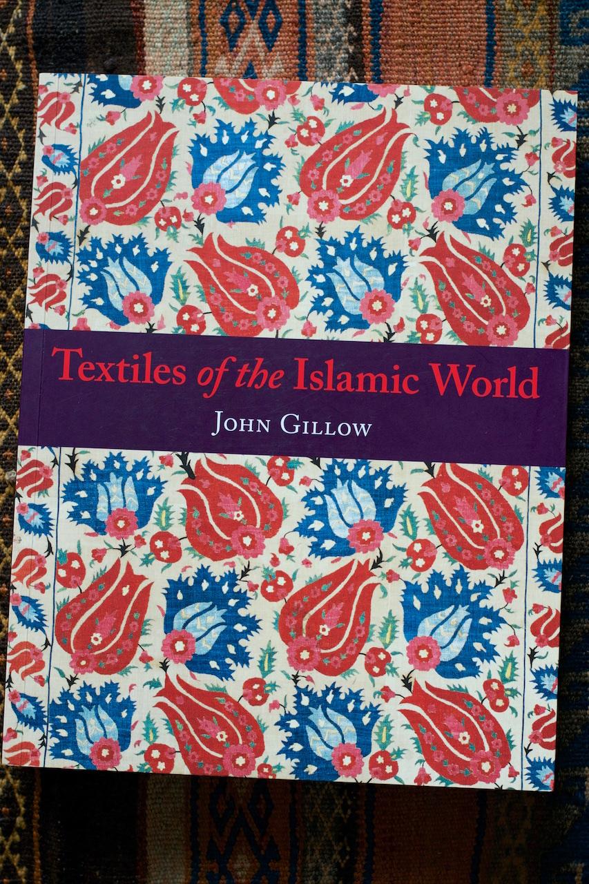 Ritdómur: Textiles of the Islamic World eftir John Gillow · Lísa Hjalt