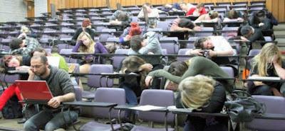 Nach einer Party Nacht - In der Schule Uni schlafen
