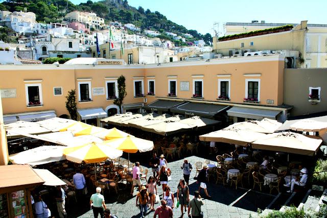 turisti, viaggiatori, piazza Capri, piazzetta, ombrelloni, ristoranti, tavolini