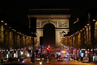 Fusillade aux Champs-Elysées: un policier tué, l'assaillant