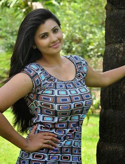 Daisy Shah Hot sexy Pics