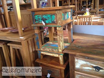 criado mudo em madeira de demolição com acabamento em descascado colorido