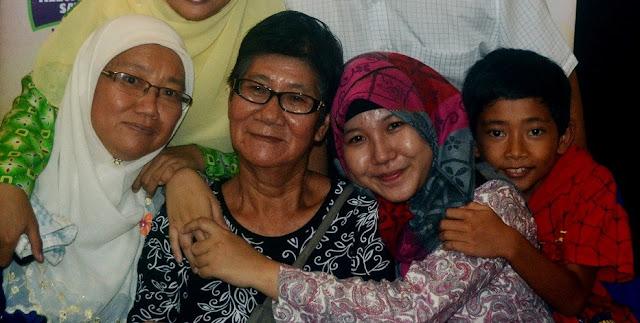 Meski Non Muslim, Dengan Tegas Nenek Ini Didik Cara Islam, Bahkan Sampai Memukul Jika Tidak Shalat