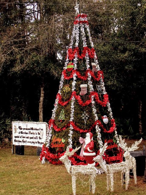 Monumento a la navidad en Christmas con el árbol decorado perennemente