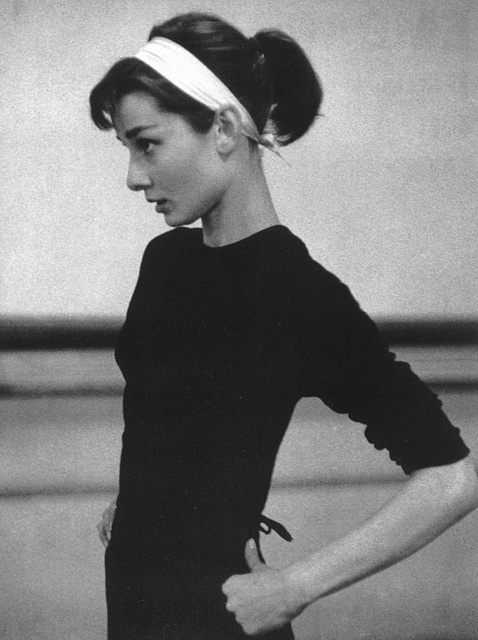 No entanto, Audrey Hepburn manteve sempre um estilo muito próprio, apesar  de descolada desse personagem. Talvez o que a terá tornado um ícone de  estilo ao ... a8a843712d