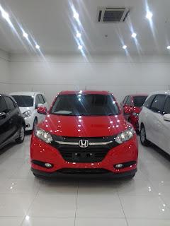 Hrv E Cvt Warna Merah di pajang di dealer mobil Honda Resmi Cikarang