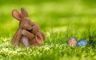 Conigli con uova di Pasqua