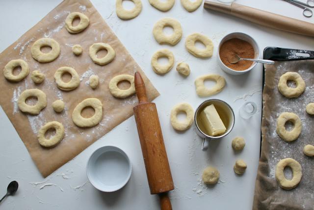 Maślane pączki z dziurką - pieczone w piekarniku. Dietetyczne pączki.