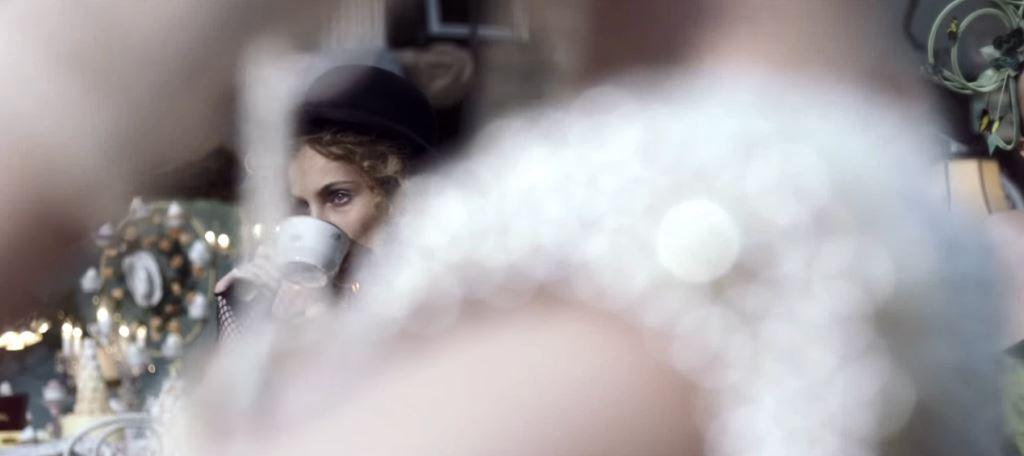 Pubblicità Twinings, nome modella bionda e attore - Spot in stile Alice nel paese delle meraviglie