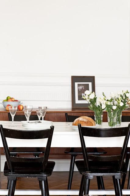 Salle à manger vintage avec un buffet en bois et un cadre photo posé
