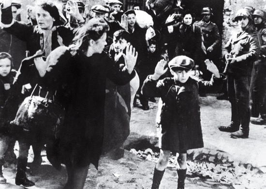 Chico judío se rinde en Varsovia. Autor desconocido (1943)